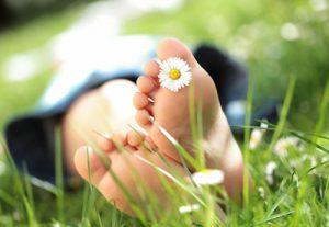 Kinderfüsse im Gras